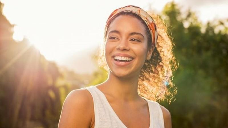 foto-4-a-luz-tambem-aumenta-os-niveis-de-serotonina-o-que-nos-faz-sentir-mais-felizes-getty.jpg